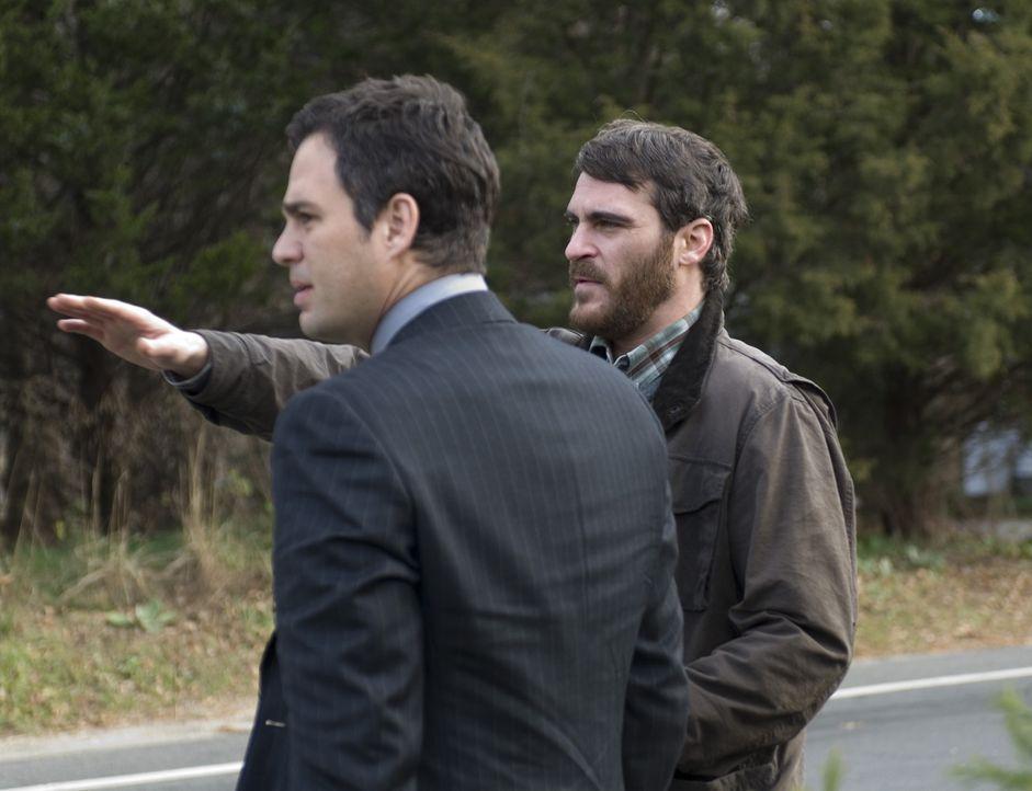 Als Professor Ethan Learner (Joaquin Phoenix, l.) einen Rechtsbeistand aufsucht, weil er glaubt, die Polizei würde den Unfallfahrer nicht gründlic... - Bildquelle: TOBIS Film