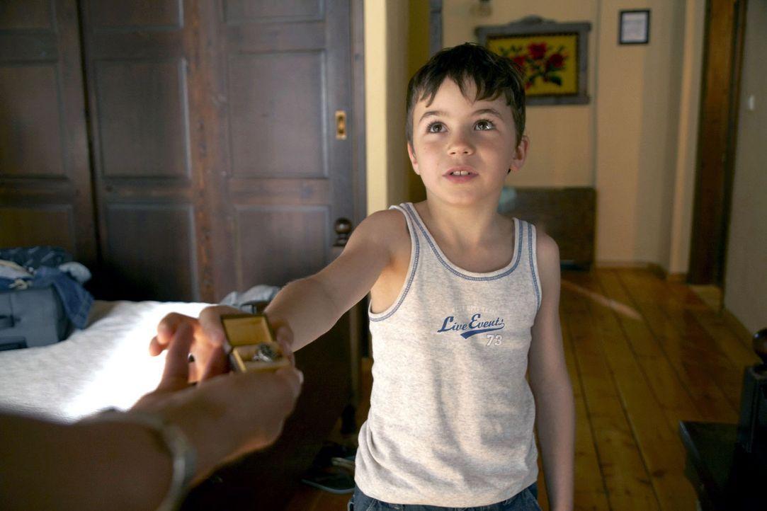 Marlies ist entsetzt, als Timmy (Jannis Michel) Claudia den Verlobungsring aus Thomas' Familie überreicht.