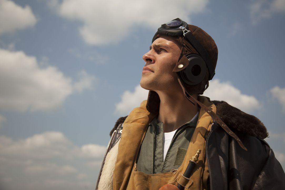 Während des zweiten Weltkrieges wird der eigentliche Flugzeugmechaniker Chuck Yeager (Darsteller unbekannt) ein Kampfpilot. Der geborene Pilot wird... - Bildquelle: DHH Productions Inc.
