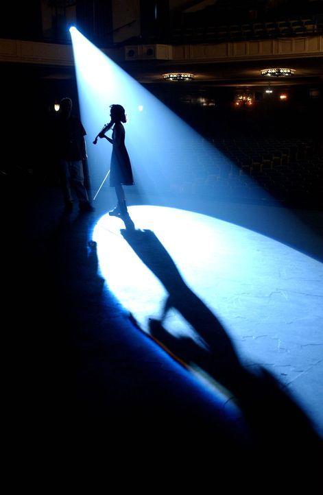 Keiner ahnt, dass die junge Violinistin Natasha Tzetcovich (Elizabeth Rice) unter extremen Druck steht, der sie fast zur Verzweiflung bringt. - Bildquelle: Warner Bros. Entertainment Inc.