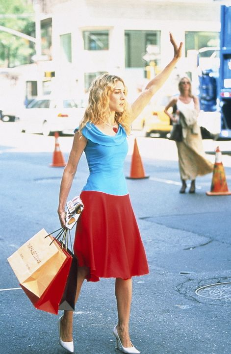 Nach einer ausgiebigen Shopping-Tour, benötigt Carrie (Sarah Jessica Parker) dringend ein Taxi. - Bildquelle: Paramount Pictures