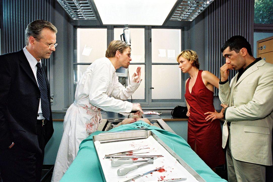 Eine Frau wurde ermordet aufgefunden. Eva Blond (Corinna Harfouch, 2.v.r.), Alyans (Erdal Yildiz, r.), Richter Hanska (Peter Sattmann, l.) und der A... - Bildquelle: Sat.1