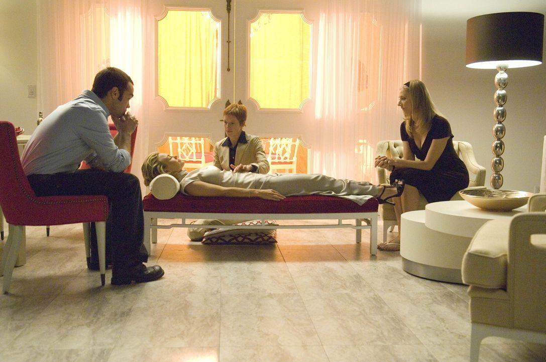 Parker (Adria Dawn, M.) führt mit Kimber (Kelly Carlson, liegend) ein Ritual durch. Matt (John Hensley, l.) und Julia (Joely Richardson, r.) sehen... - Bildquelle: TM and   2004 Warner Bros. Entertainment Inc. All Rights Reserved.