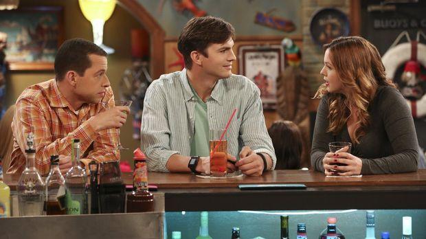 Walden (Ashton Kutcher, M.), Alan (Jon Cryer, l.) und Jenny (Amber Tamblyn, r...