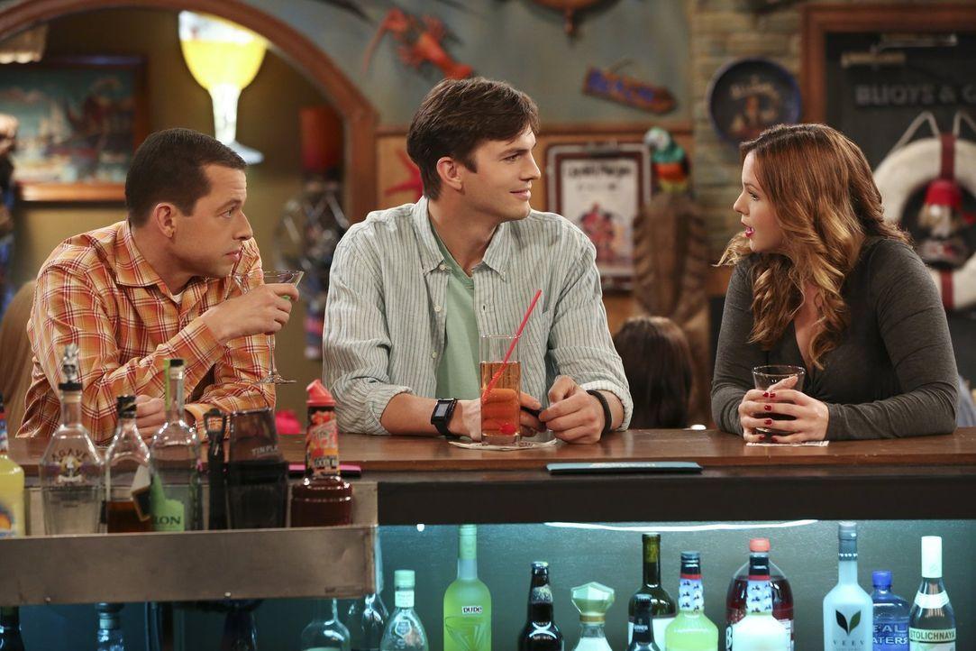 Walden (Ashton Kutcher, M.), Alan (Jon Cryer, l.) und Jenny (Amber Tamblyn, r.) genehmigen sich in der Bar ein paar Drinks und wollen Frauen aufreiß... - Bildquelle: Warner Bros. Television