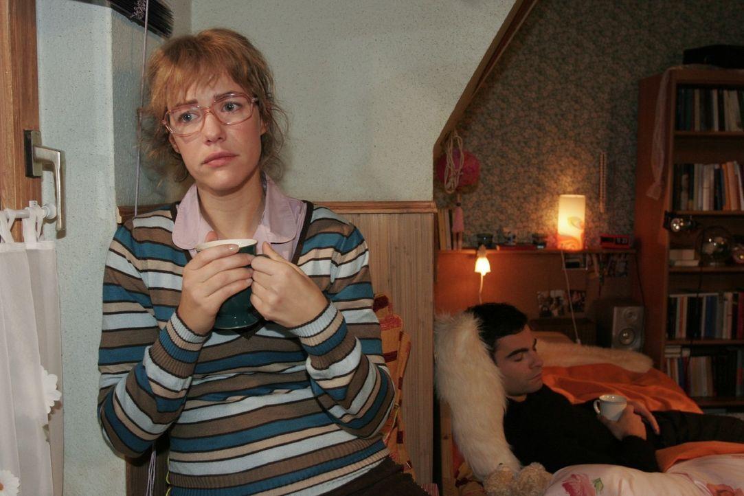 Lisa (Alexandra Neldel, l.) ist froh, dass David (Mathis Künzler, r.) bei ihr Ruhe findet - und fühlt sich ihm sehr nahe. (Dieses Foto von Alexandra... - Bildquelle: Noreen Flynn Sat.1