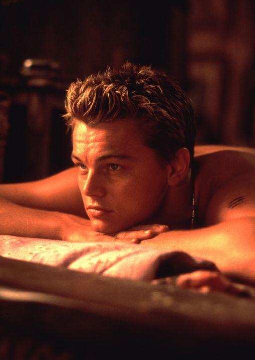 Der amerikanische Rucksack-Tourist Richard (Leonardo DiCaprio) freundet sich in einem thailändischen Hotel mit einem französischen Pärchen an. Ge... - Bildquelle: 2011 Twentieth Century Fox Film Corporation. All rights reserved.