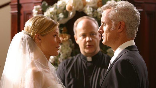 Wird Ed Carol (Julie Bowen, l.) an Dennis (John Slattery, r.) verlieren? © Pa...