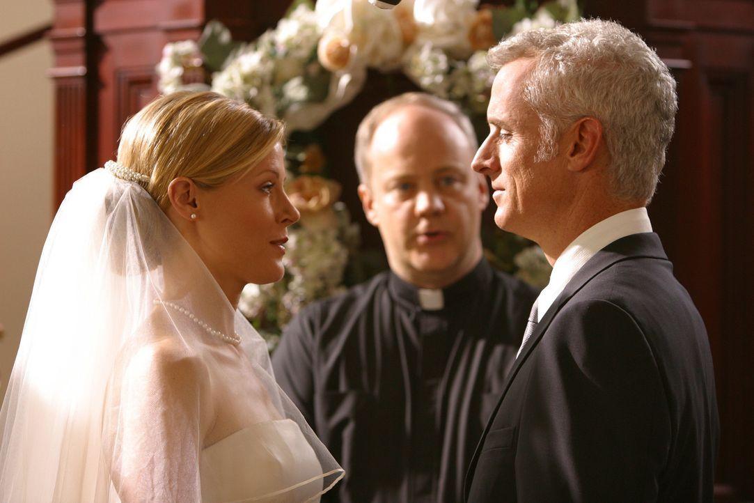 Wird Ed Carol (Julie Bowen, l.) an Dennis (John Slattery, r.) verlieren? - Bildquelle: Paramount