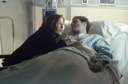 Scully (Gillian Anderson, l.) sitzt am Krankenbett von Mulder (David Duchovny...