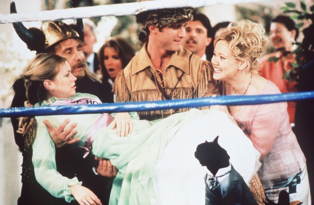 Nach dem Ringkampf ist Sabrina (Melissa Joan Hart, l.) völlig erledigt ... - Bildquelle: Paramount Pictures