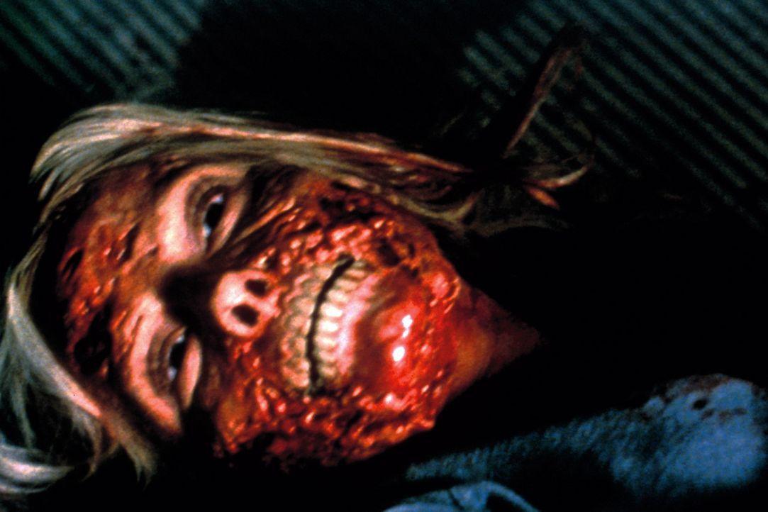 Bereits nach wenigen Stunden in der einsamen Berghütte hat sich Karen (Jordan Ladd) auch schon das tödliche Virus eingefangen ... - Bildquelle: Tiberius Film