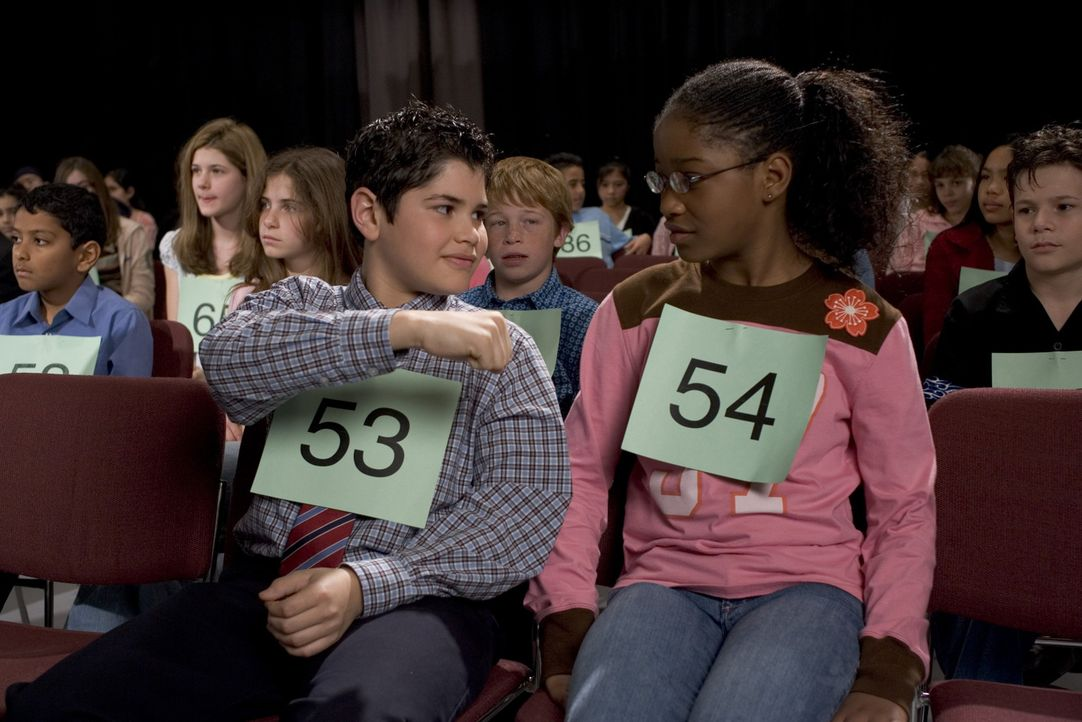 Beim großen Buchstabierwettbewerb lernt Akeelah (Keke Palmer, r.) einen netten Mitstreiter Javier (J.R. Villarreal, l.) kennen ... - Bildquelle: Copyright   2006 Lions Gate Films Inc. and 2929 Productions LLC. All Rights Reserved.