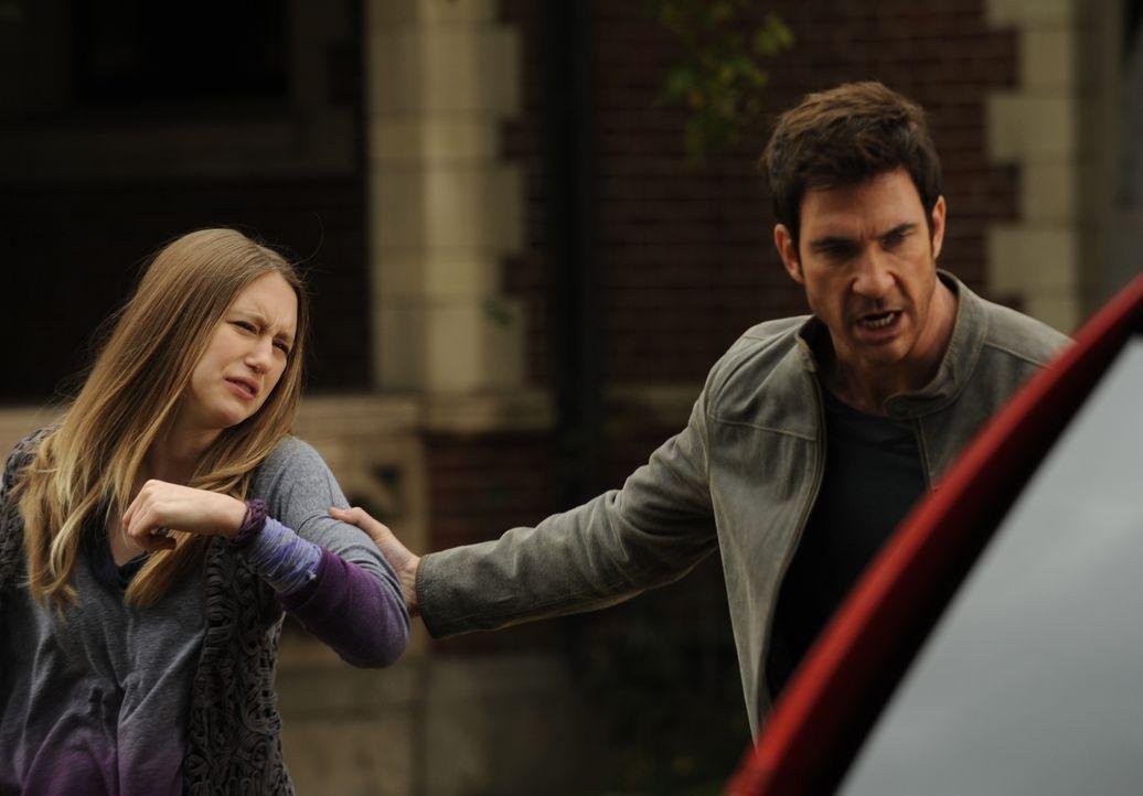 Wird Violet (Taissa Farmiga, l.) vor ihrem Vater Ben (Dylan McDermott, r.) noch länger verheimlichen können, dass sie ein Geist ist?