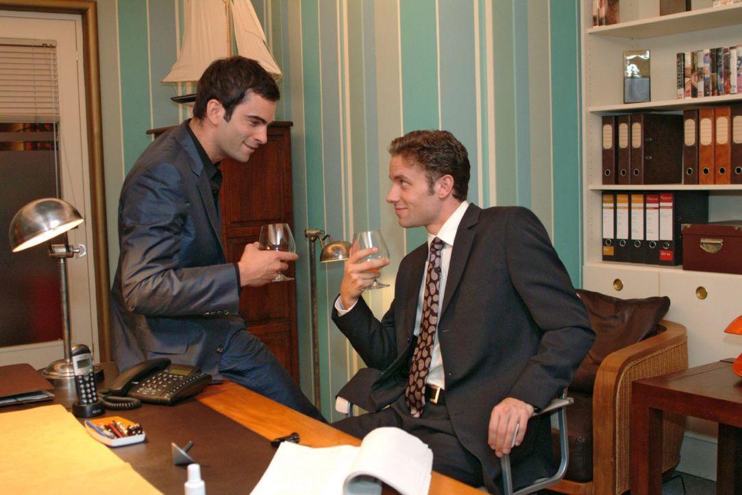 David (Mathis Künzler, l.) und Max (Alexander Sternberg, r.) überlegen, wie sie Richards Ruf schädigen und seinen Erfolg schmälern können. - Bildquelle: Monika Schürle Sat.1