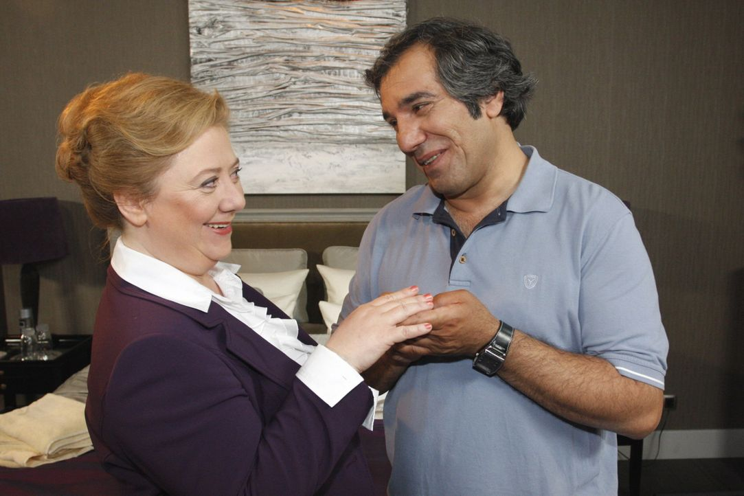 Trotz aller Vorbehalte lässt Paula (Regine Hentschel, l.) sich erneut von Süleyman (Hussi Kutlucan, r.) verzaubern und ergreift die Initiative ... - Bildquelle: SAT.1