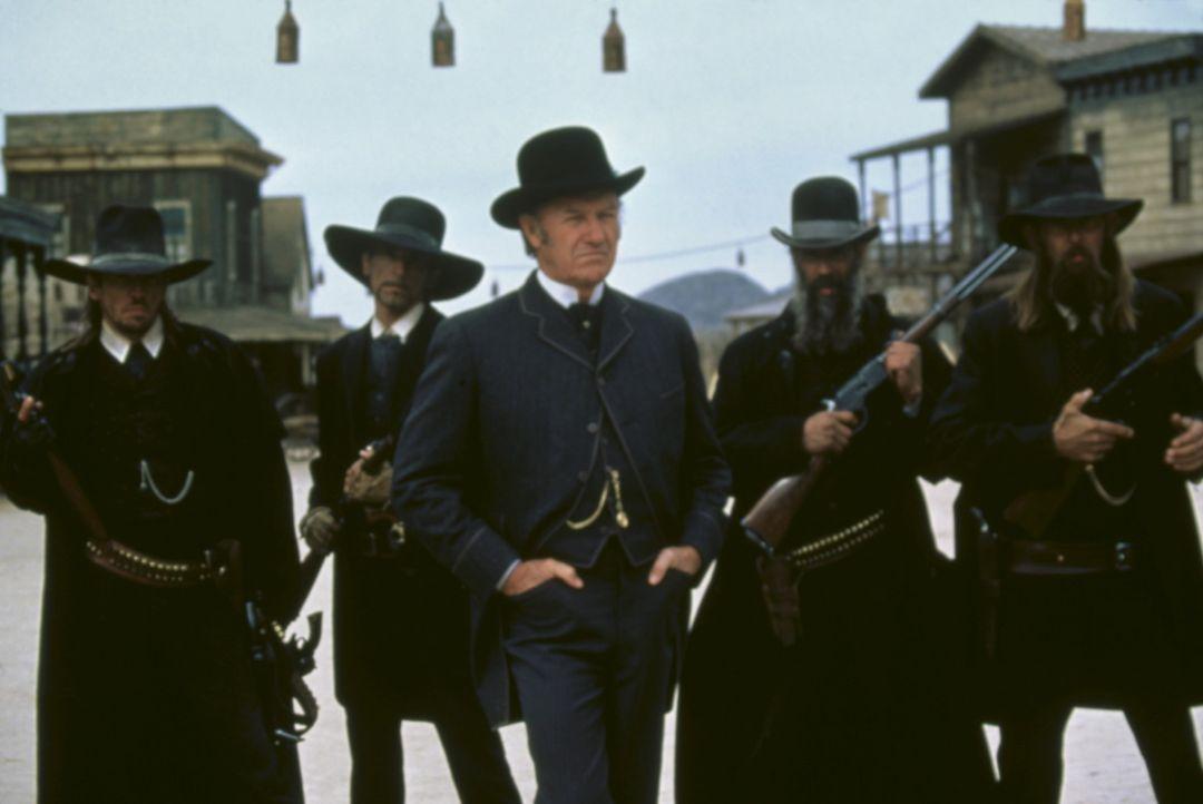 Der fiese Herod (Gene Hackman, M.) ist der selbsternannte Bürgermeister und Sheriff der Westernstadt Redemption. Mit seiner skrupellosen Bande terr... - Bildquelle: Columbia TriStar Film