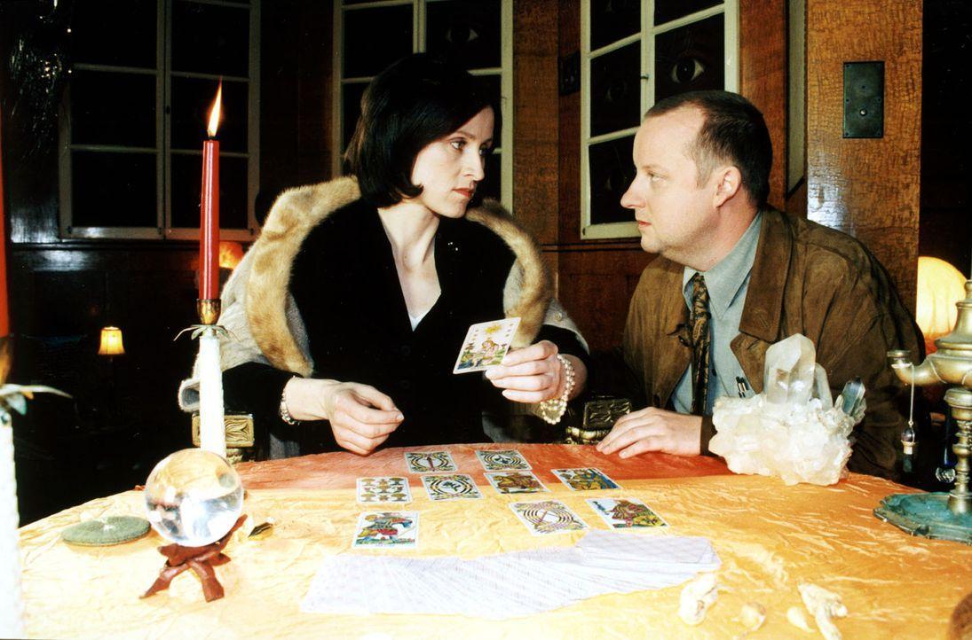"""Die Spur führt die Ermittler zu der Kartenlegerin Natascha Kaminski (Sophie Rois, l.). Fritz Kunz (Martin Weinek, r.) recherchiert bei ihr """"undercov... - Bildquelle: Ali Schafler Sat.1"""