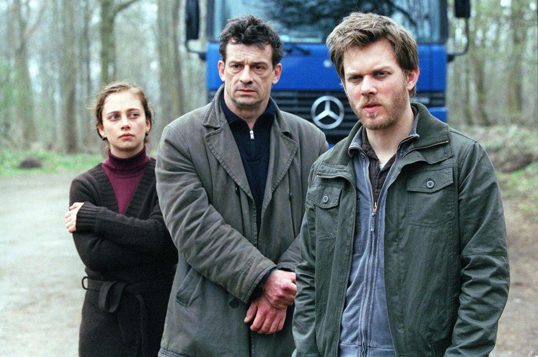 Florian (Steffen Schroeder, r.), Franziska (Heike Warmuth, l.) und Steiner (Thomas Sarbacher, M.) am Schauplatz des damaligen Mordes. - Bildquelle: Thomas Kost Sat.1