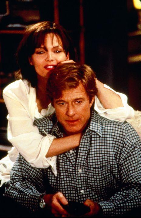 Der Nachrichtenprofi Warren Justice (Robert Redford, r.) und die junge Reporterin Tally Atwater (Michelle Pfeiffer, l.) verlieben sich ... - Bildquelle: Buena Vista Pictures