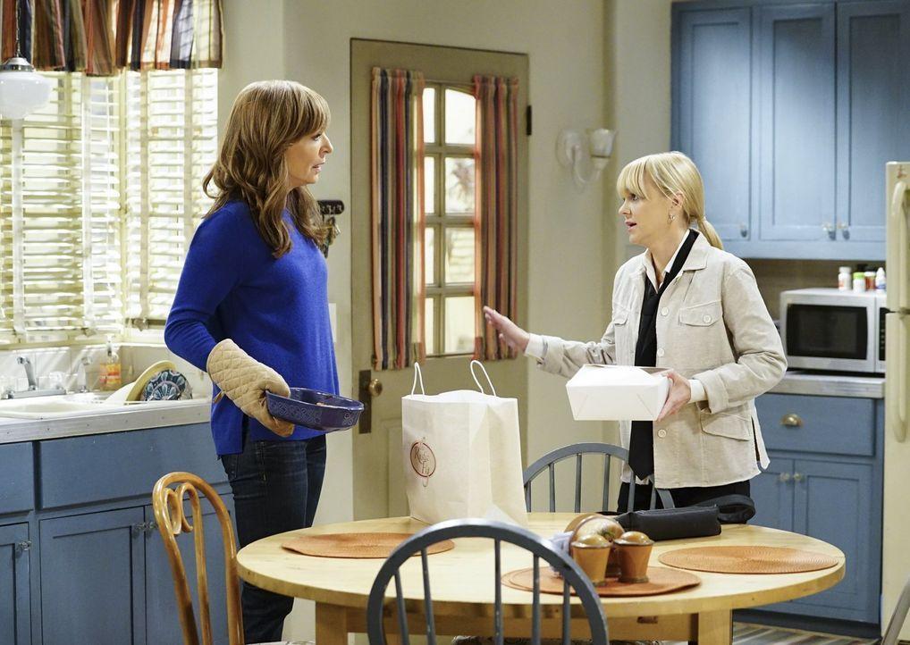 Während sich Bonnie (Allison Janney, l.) über ihren Bruder ärgert, verliert Christy (Anna Faris, r.) ihren Job im Restaurant ... - Bildquelle: 2017 Warner Bros.
