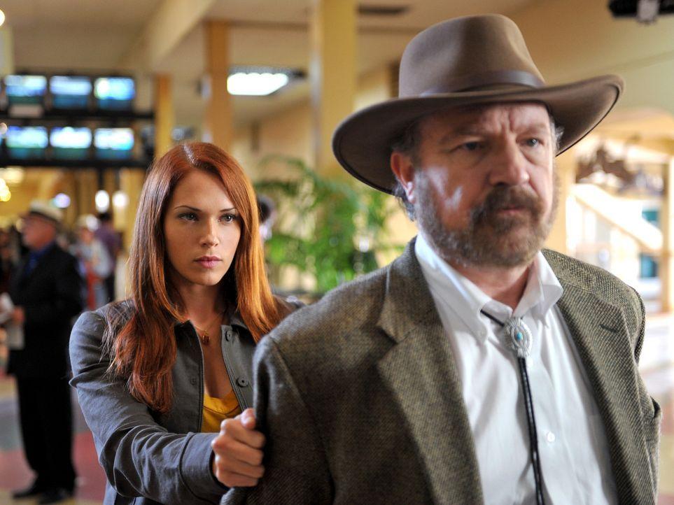 Grace (Amanda Righetti, l.) und ihre Kollegen konnten wieder einmal einen Fall aufdecken und bringen Cobb Holwell (Jim Beaver, r.) hinter Schloss un... - Bildquelle: Warner Bros. Television