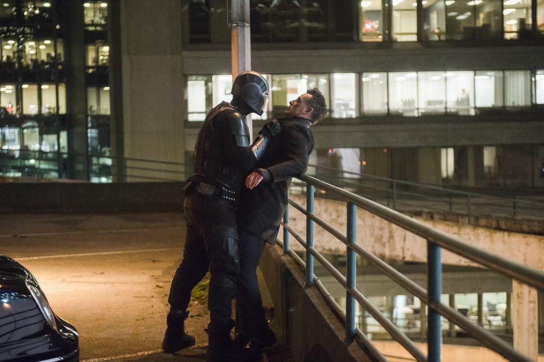 James alias Guardian (Mehcad Brooks, l.) regelt ein Problem mit Morgan Edge (Adrian Pasdar, r.) auf seine ganz eigene Art und Weise. Doch ist das wi... - Bildquelle: 2017 Warner Bros.