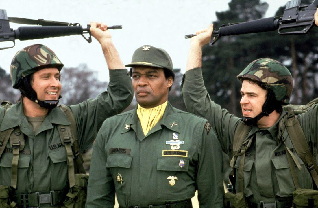Der knallharte Haudegen Colonel Rhombus (Bernie Casey, M.) nimmt die beiden Einfaltspinsel Emmett (Chevy Chase, l.) und Austin (Dan Aykroyd, r.) ohn... - Bildquelle: Warner Bros.