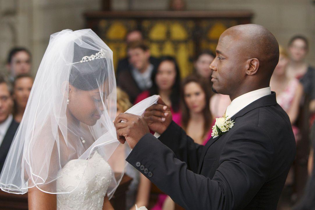 Während Pete und Addison um das Leben eines Neugeborenen kämpfen, geleitet Sam (Taye Diggs, r.) seine Tochter Maya (Geffri Maya, l.) zum Altar ... - Bildquelle: ABC Studios
