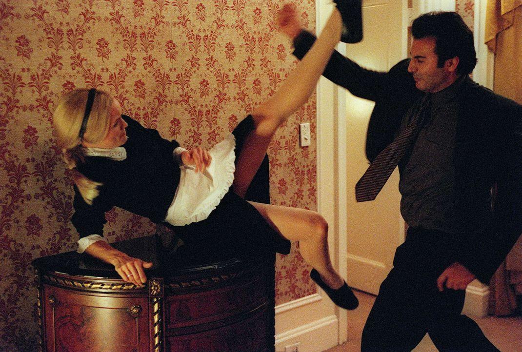In Moskau gibt sich Sydney (Jennifer Garner, l.) als Zimmermädchen aus, um Zugang zum Raum des CIA-Vertreters zu bekommen. Doch vorher muss sie den... - Bildquelle: Touchstone Television