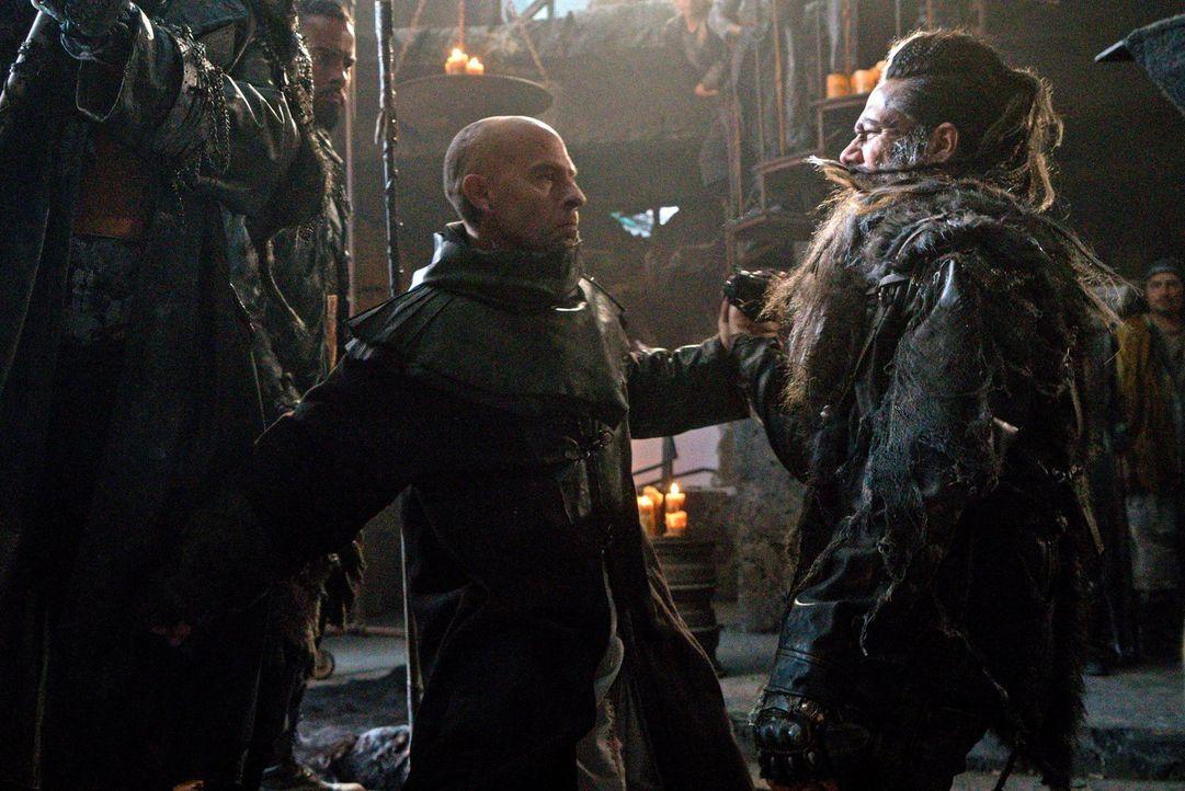 Lexa trifft eine Entscheidung, die sowohl Titus (Neil Sandilands, l.) als auch Semet (Zak Santiago, r.) ganz und gar nicht gefällt. Doch schließlich... - Bildquelle: 2014 Warner Brothers