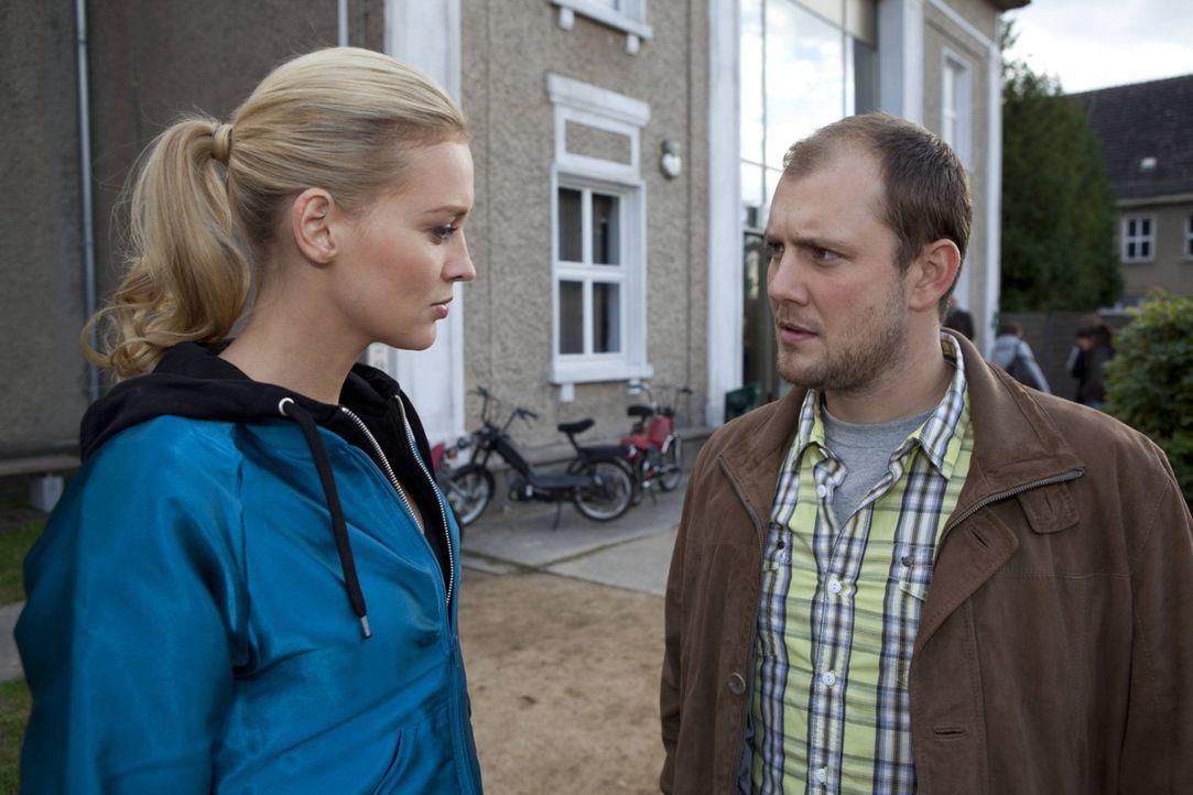 Machen sich Sorgen um Lara: Piet (Oliver Petszokat, r.) und Alexandra (Verena Mundhenke, l.) ... - Bildquelle: SAT.1