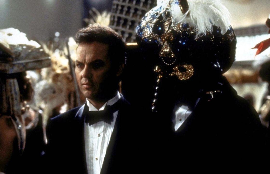 Auf einem Maskenball macht Bruce Wayne (Michael Keaton) eine erschreckende Entdeckung ... - Bildquelle: Warner Bros.