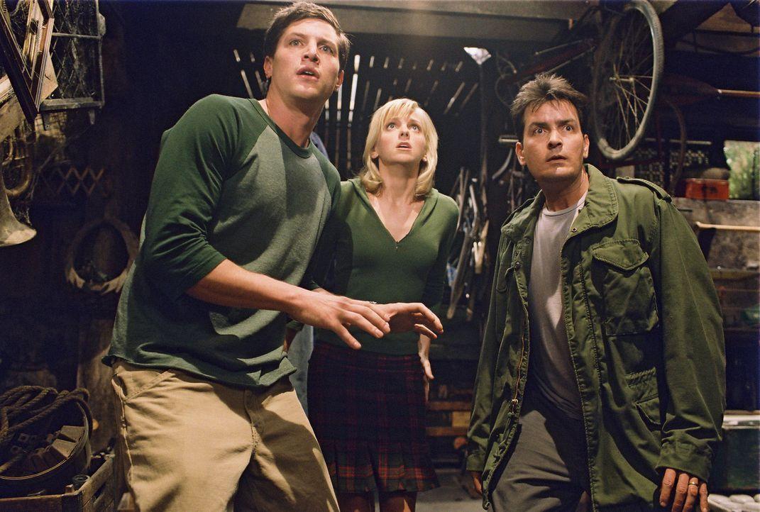 Die beiden Brüder George (Simon Rex, l.) und Tom (Charlie Sheen, r.) begeben sich zusammen mit Reporterin Cindy (Anna Faris, M.), auf die Suche nac... - Bildquelle: Miramax Films