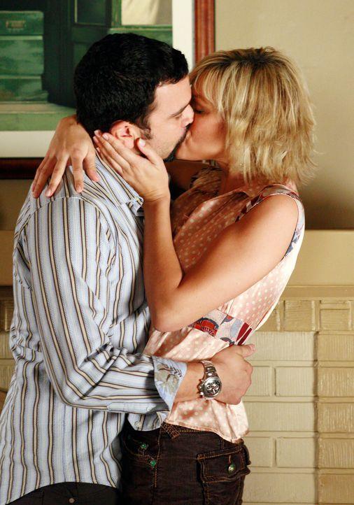 Carlos (Ricardo Antonio Chavira, l.) hat sich ein heißes Date mit Kelly (Crystal Allen, r.) ... - Bildquelle: 2005 Touchstone Television  All Rights Reserved