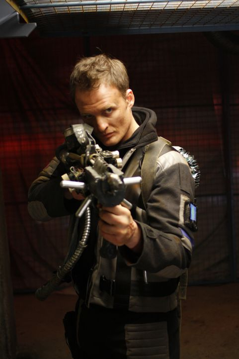 Wider Erwarten finden Andy Sexton (Greg Bryk) und seine Leute auf dem Planeten Sirius 6B Menschen, die das Massaker vor 13 Jahren durch die Screamer... - Bildquelle: Chris Large 2008 Screamers Productions Inc. and Futuristic Films Limited. All Rights Reserved.