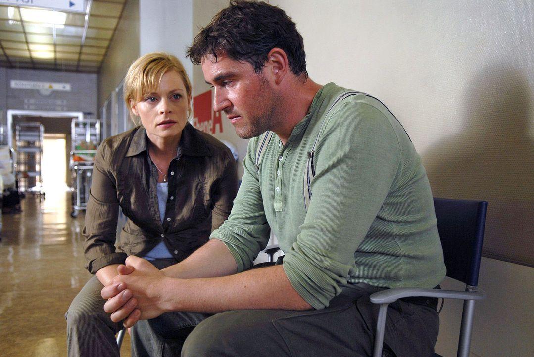 Arne Berger (Stephan Szasz, r.) gesteht Martina (Susanna Simon, l.) dass er, um seinen Hof zu retten, Wasser aus dem Stausee entnommen hat. Kann das... - Bildquelle: Sat.1