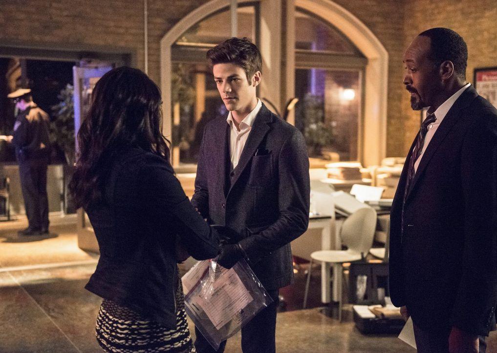 Nachdem Dr. Light bei Iris (Candice Patton, l.) im Büro aufgetaucht ist, erkennen Barry (Grant Gustin, M.) und Joe (Jesse L. Martin, r.), dass sie s... - Bildquelle: 2015 Warner Brothers.