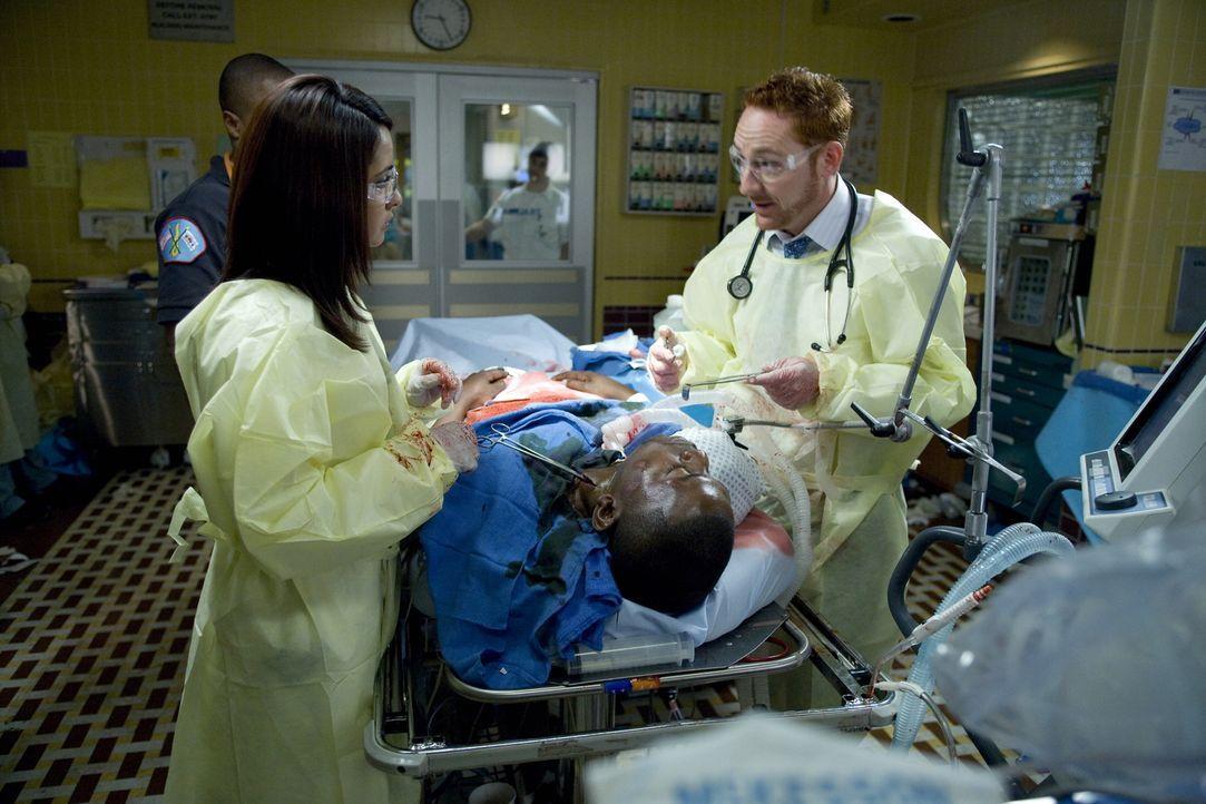 Dr. Archie Morris (Scott Grimes, r.) und Dr. Neela Rasgotra (Parminder Nagra, l.) versuchen alles, um Dr. Gregory Pratt (Mekhi Phifer, liegend) nach... - Bildquelle: Warner Bros. Television