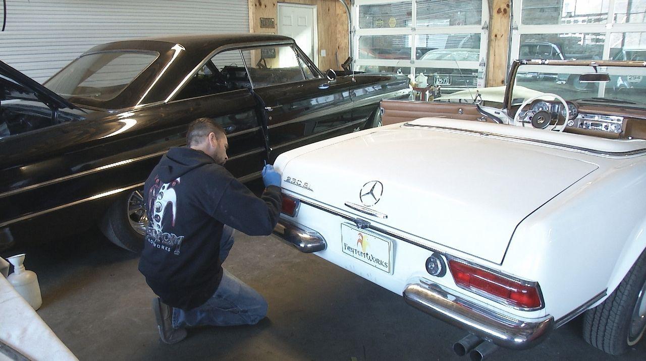 Beweist beim Restaurieren des 1964er Mercedes 230SL Fingerspitzengefühl: Mechaniker Allan (Bild) von Fantomworks ... - Bildquelle: New Dominion Pictures LLC.