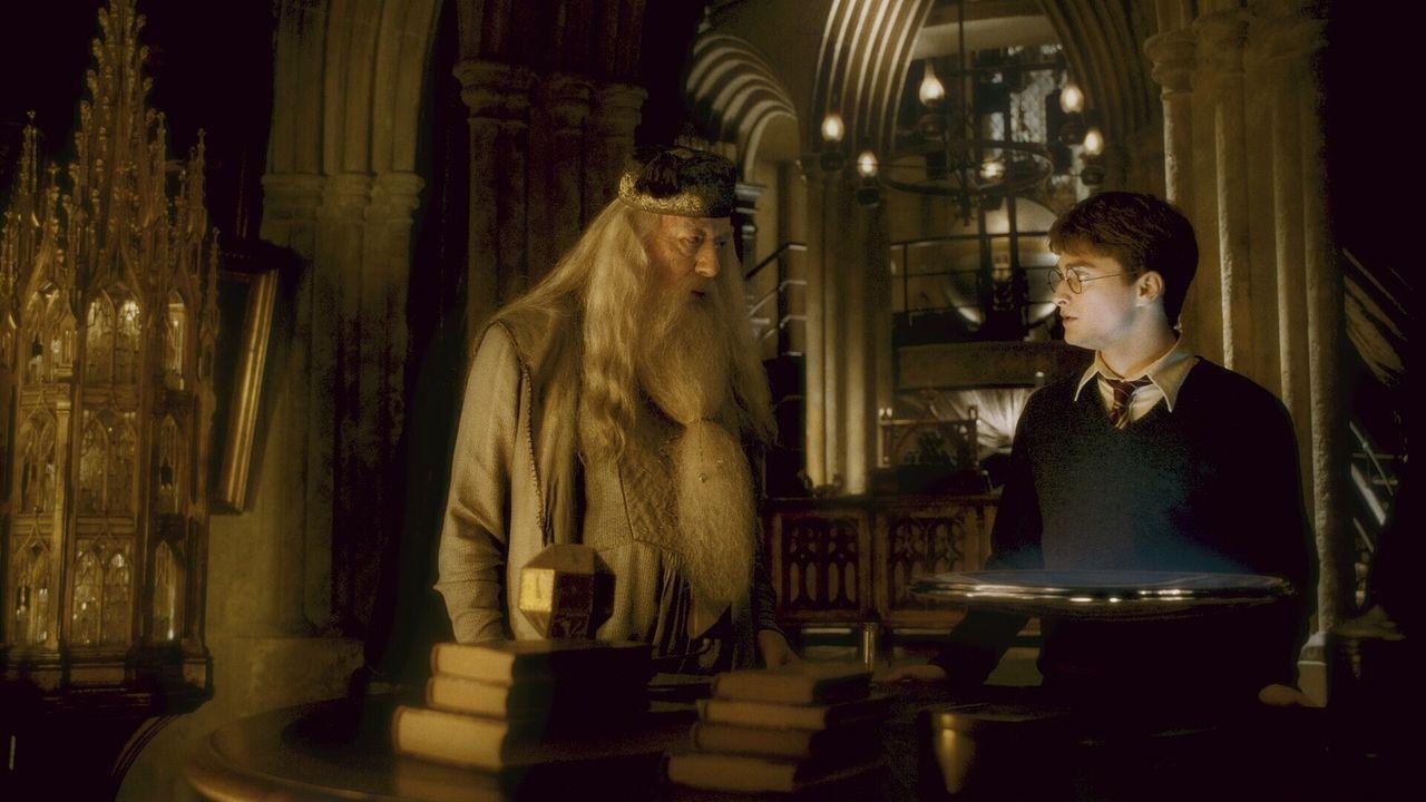 Magier und Schuldirektor Albus Dumbledore (Michael Gambon, l.) vermutet einen weiteren Angriff des dunklen Fürsten. Deshalb weiht er Harry (Daniel... - Bildquelle: Warner Brothers
