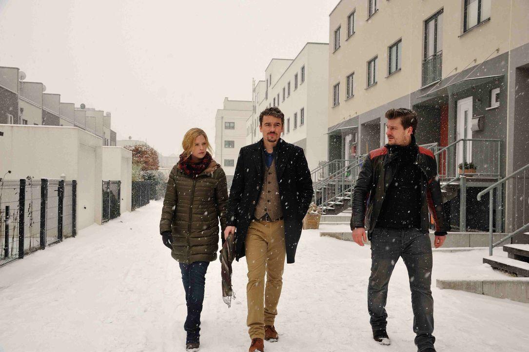Gemeinsam müssen Josephine (Diana Amft, M.),  Fritz (Matthi Faust, r.) und Alexander (Alexander Khuon, l.) einen neuen Mordfall aufdecken ... - Bildquelle: Hardy Spitz SAT.1