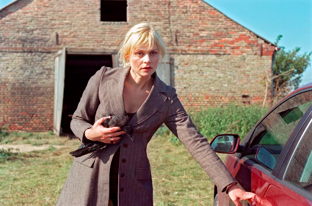 Alex (Susanna Simon) nimmt eine verletzte Krähe, die sie in der Scheune angegriffen hat, mit - kann sie herausfinden, was hinter dem völlig artfremd... - Bildquelle: Noreen Flynn Sat.1