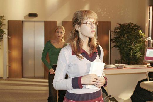 Verliebt in Berlin - Lisa (Alexandra Neldel, r.) bewahrt Haltung, als Sabrina...