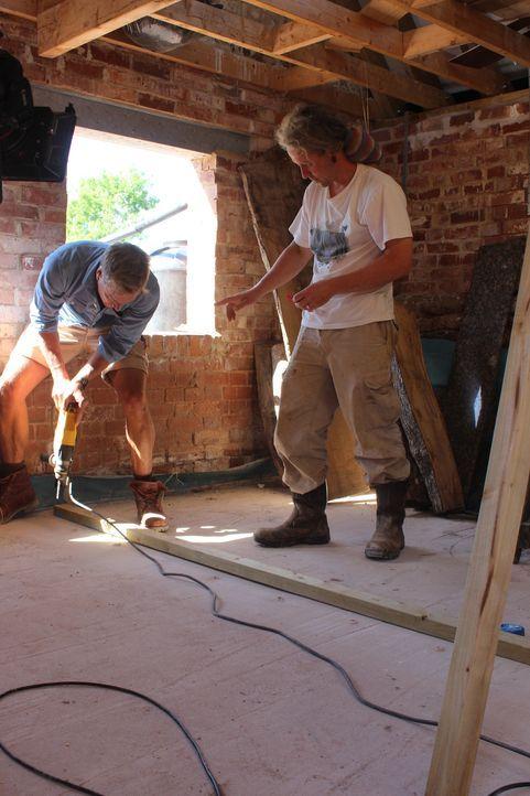 Nach mehreren Rechtsstreitigkeiten und Nachbarschaftsproblemen baut Stig (r.) nun eine alte Scheune zu einem neuen Zuhause für seine Familie um, wob... - Bildquelle: Alice Wylie 2015 BBC / Renegade Pictures