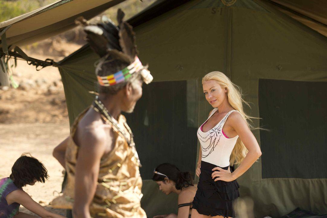 Auf einen Safari-Trip quer durch Tansania: Nina (r.) ... - Bildquelle: Guido Ohlenbostel ProSieben