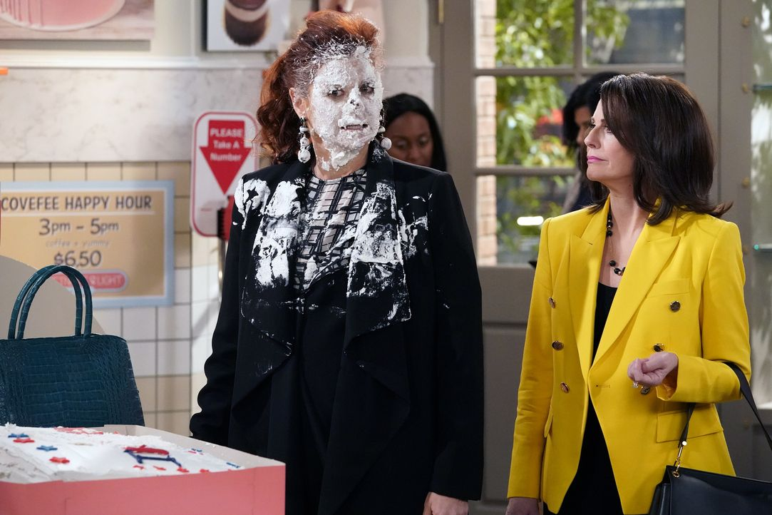 Grace (Debra Messing, l.) setzt sich für Karen (Megan Mullally, r.) ein, als deren besondere Bestellung in einer Bäckerei nicht angenommen wird. Doc... - Bildquelle: Chris Haston 2017 NBCUniversal Media, LLC