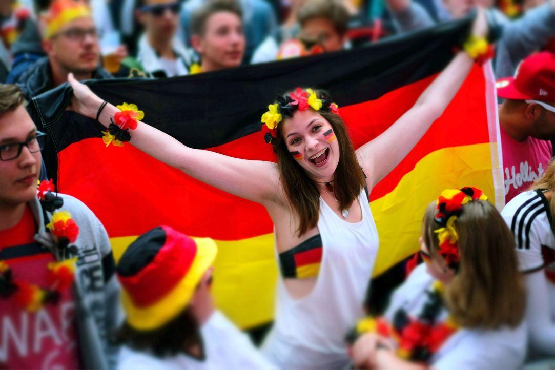 celebrating_sexy_fan - Bildquelle: picture alliance / dpa / Peter Steffen