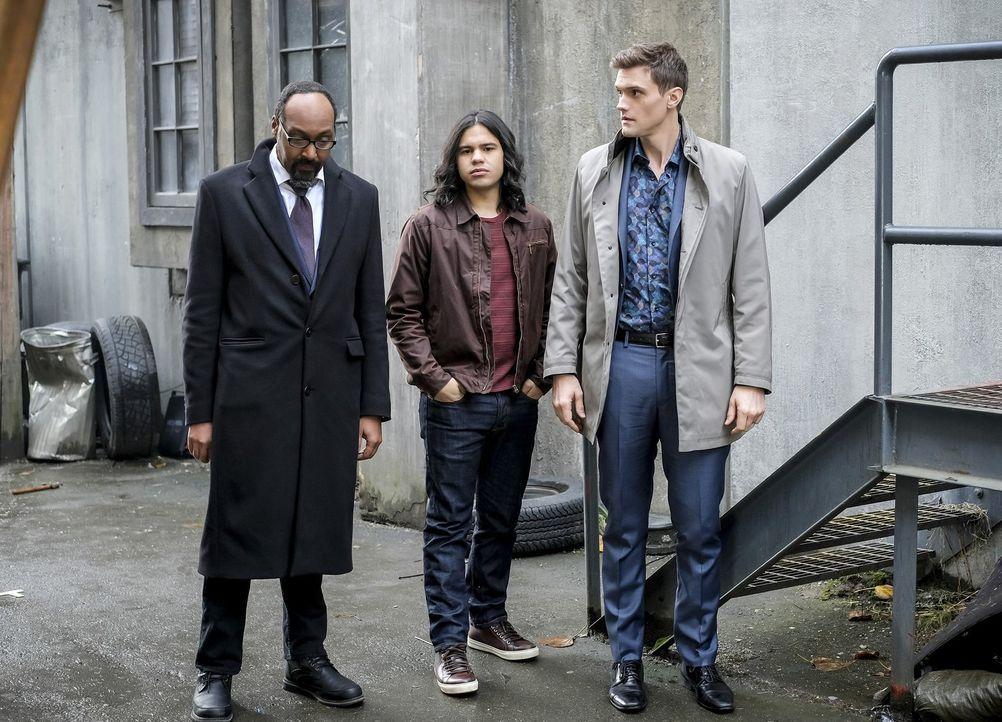 Joe (Jesse L. Martin, l.), Cisco (Carlos Valdes, M.) und Ralph (Hartley Sawyer, r.) geraten ins Visier eines Metawesens, das alles in seinem Umfeld... - Bildquelle: 2017 Warner Bros.