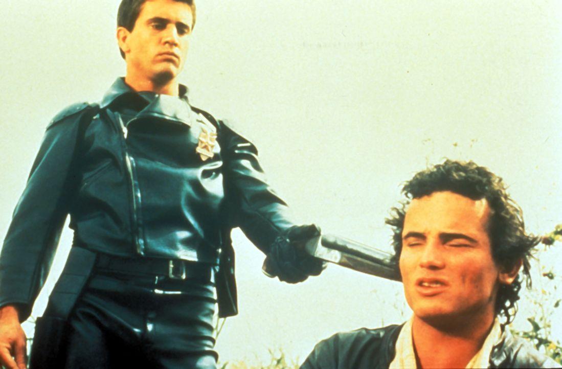 """Nun sollte Johnny (Tim Burns, r.) am besten nichts Falsches sagen. Ansonsten macht  """"Mad Max"""" (Mel Gibson, l.) kurzen Prozess ... - Bildquelle: Warner Bros."""